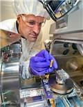 美科学家通过普通玻璃提升石墨烯电子性质