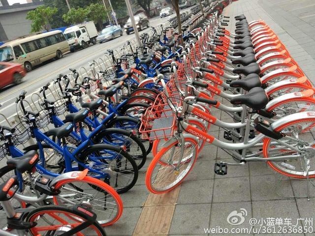 摩拜围堵小蓝 路人看哈哈笑 共享单车行业在流泪