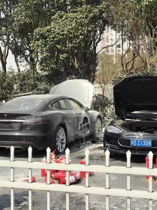 特斯拉上海金桥超级充电桩和特斯拉汽车一起自燃