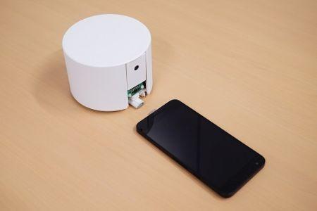 日本开发会自动找手机充电的机器人