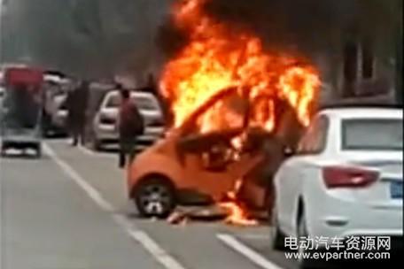 河北一辆电动汽车着火 只剩一个空壳