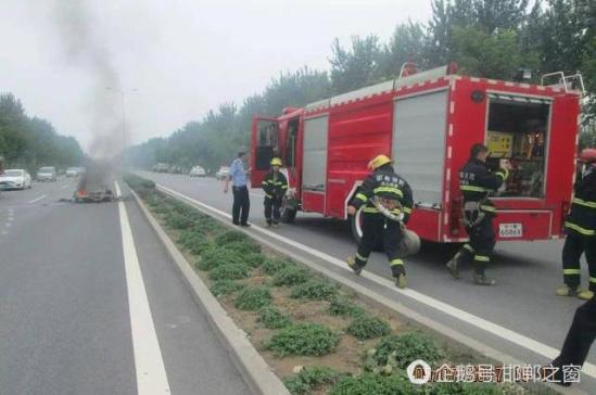 河北省邯郸市沙曹公路一辆电动汽车起火自燃