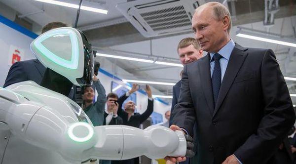 """俄媒:普京接见俄""""逃跑机器人"""""""