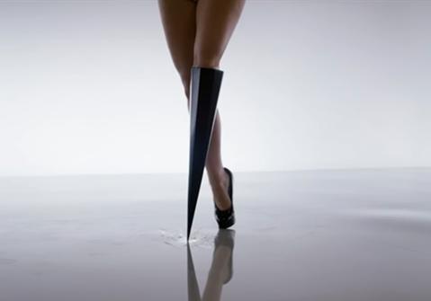 挑衅性的音乐表演与3D打印假肢的完美融合