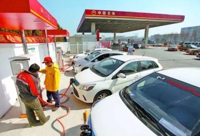 """中石化、中石油高调""""混改"""" 充电桩入驻加油站"""