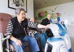 会说学逗唱还会测血压血糖 这款重庆造机器人专陪老人