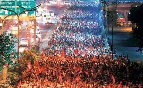 """印近4万农民""""长征""""抗议 有人头顶光伏""""神器""""为手机充电"""