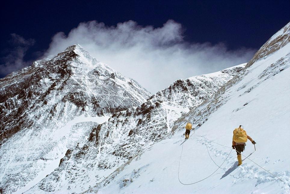 珠穆朗玛峰大扫除 百吨垃圾待空运