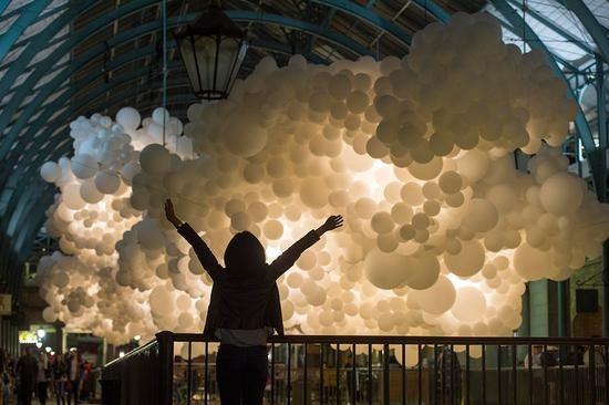 十万个照明气球悬浮构成巨大的灯光云