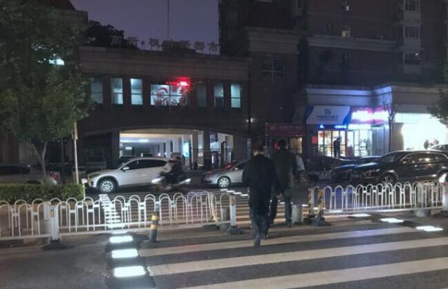 西安现炫酷斑马线 行人走上斑马线地灯就会亮起提醒车辆