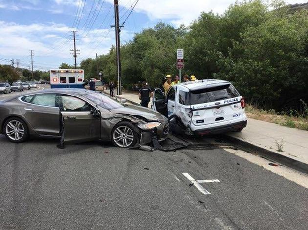 特斯拉再出车祸撞上停泊警车,涉事司机:是自动驾驶的锅